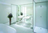 łazienka wyposażona w szkło hartowane