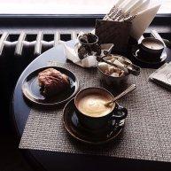 kawa z przekąską na stoliku w kawiarni