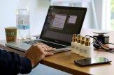 Pracujący przy laptopie