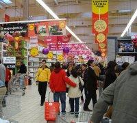 Ludzie w hipermarkecie