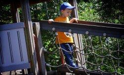 dziecko bawiące się na placu zabaw