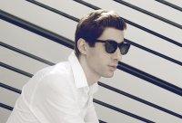 młody mężczyzna w okularach przeciwsłonecznych